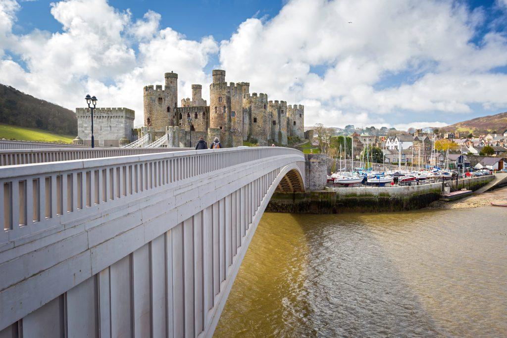 Die Burg von Conwy ist das imposanteste Gebäude in der ummauerten Stadt Conwy. Beide sind nach dem Fluss Conwy benannt, der hier ins Meer mündet. Foto: Visit Wales