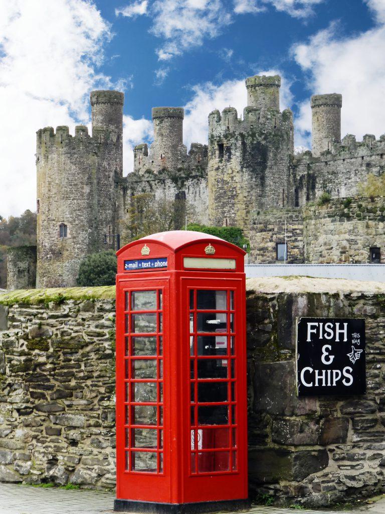 Very britisch: Rote Telefonzelle vor Conwy Castle. Foto: Neubauer