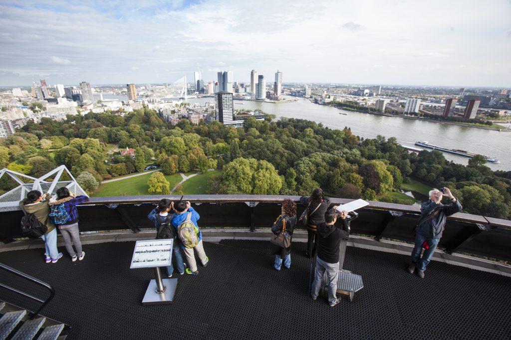 Spektaktuläre Aussichten auf Rotterdam hat man von der Plattform des Euromast. Er ist mit über 180 Metern einer der höchsten Bauwerke der Niederlande. Foto: Rotterdam Marketing.