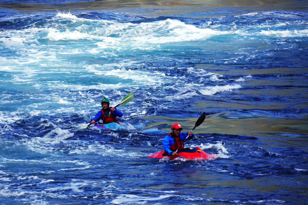 Kanuten aus aller Welt reisen an um beim Gezeitenwechsel auf den Stromschnellen zu reiten.